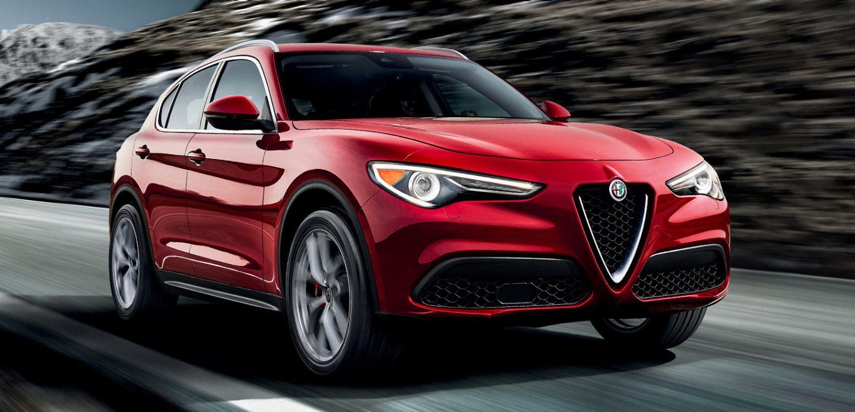 Se muestra una vista frontal de perfil del Alfa Romeo Stelvio 2019 andando por un camino de montaña.