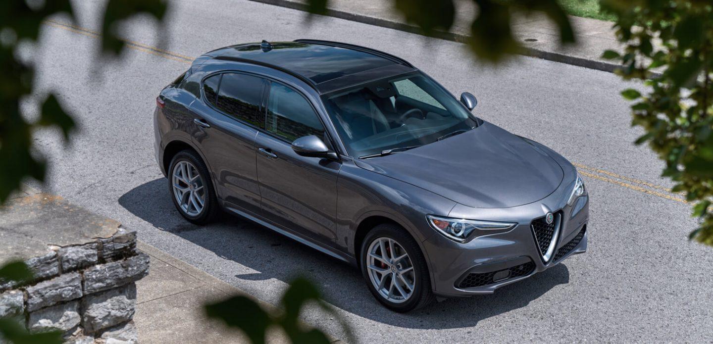 Mostrar Una vista elevada delAlfa Romeo Stelvio2020 estacionado en una acera.