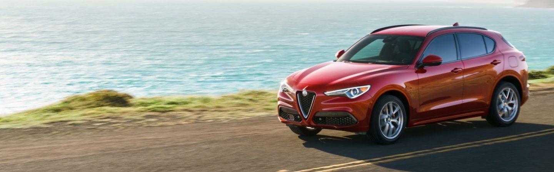 Un Alfa Romeo Stelvio 2020 andando por un camino costero.
