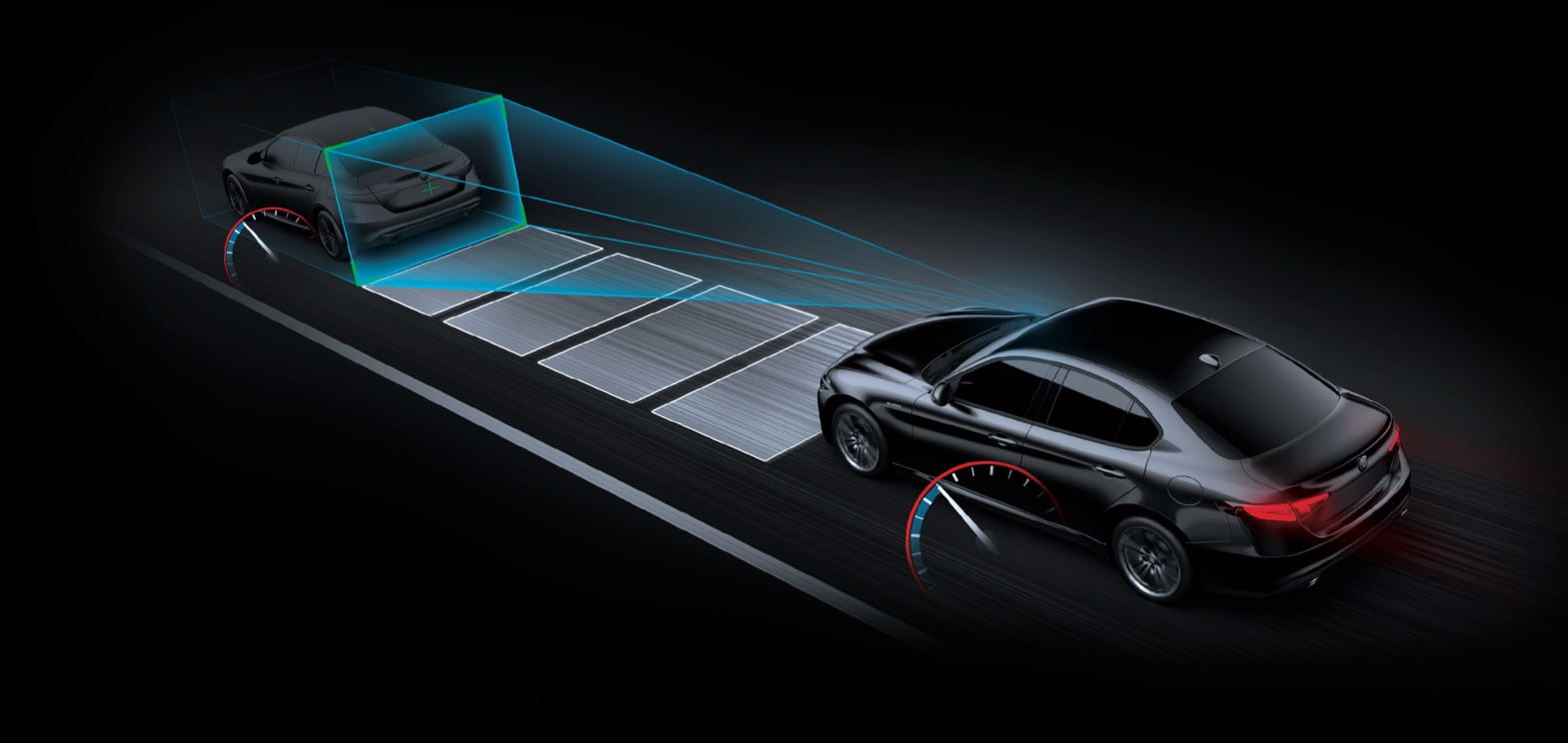 ElAlfa Romeo Giulia2021 ilustrado, con sensores que monitorean el área por delante, donde detectan un vehículo.
