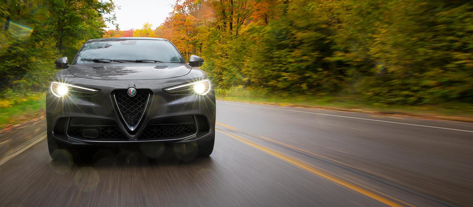 Los sensores en el Alfa Romeo Stelvio Quadrifoglio 2021 monitoreando el área por delante, donde detectan un vehículo.