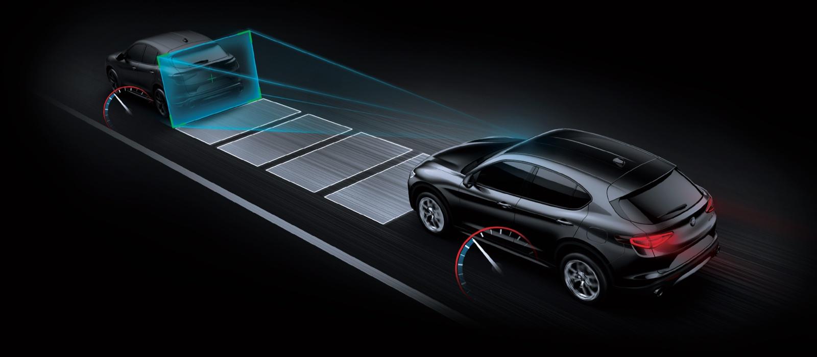 Los sensores en el Alfa Romeo Stelvio Quadrifoglio 2021 monitoreando los marcadores de carril a ambos lados del vehículo y el área que tiene por delante, donde detectan un vehículo.