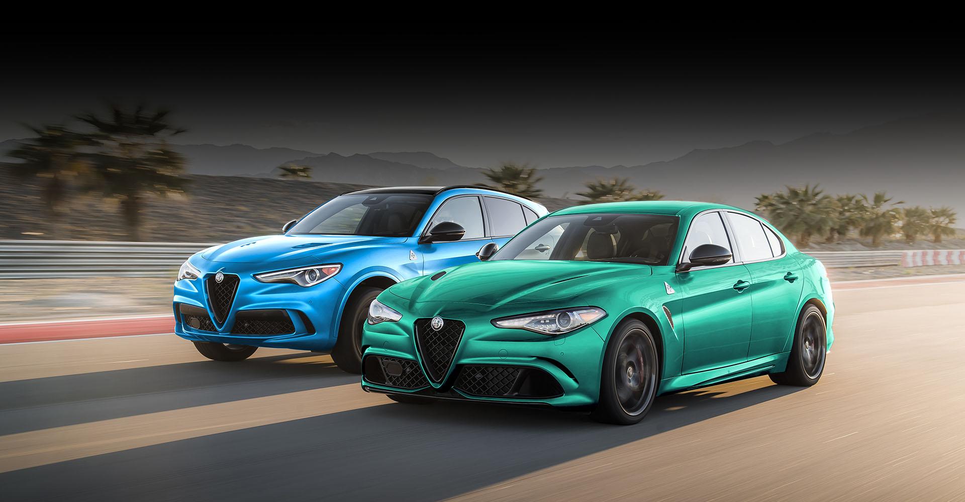 Un Alfa Romeo Giulia Quadrifoglio 2022 verde y un Stelvio Quadrifoglio azul andando a toda velocidad uno al lado del otro en una pista.