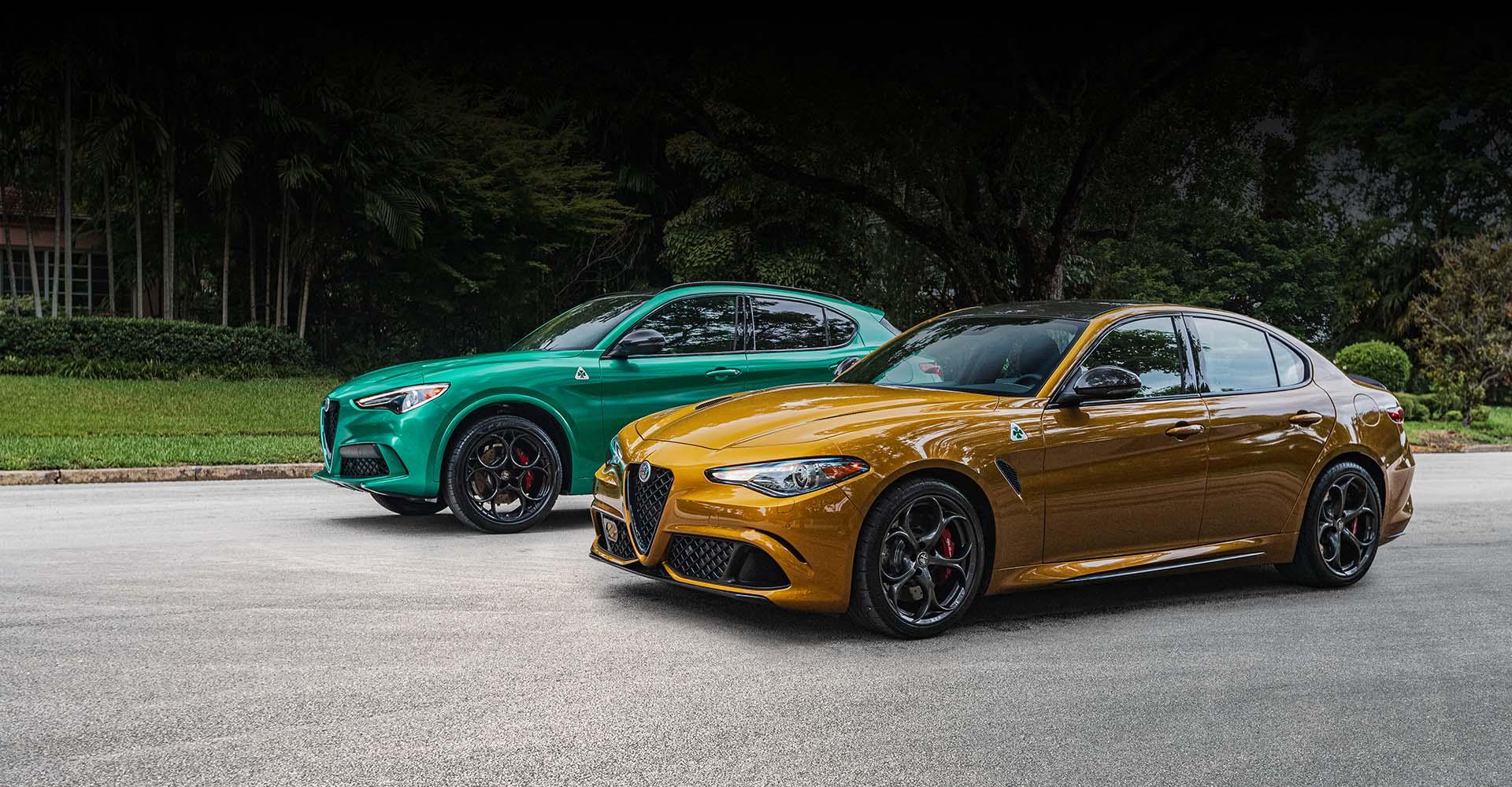Un Alfa Romeo Stelvio Quadrifoglio 2022 verde y un Giulia Quadrifoglio dorado estacionados uno al lado del otro cerca de un entorno similar a un parque.