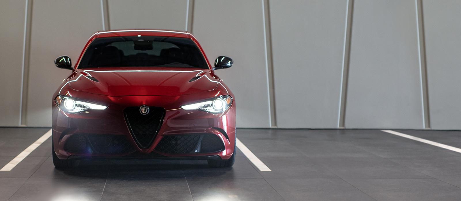 El Alfa Romeo Giulia Quadrifoglio 2020 estacionado en una estructura de estacionamiento.