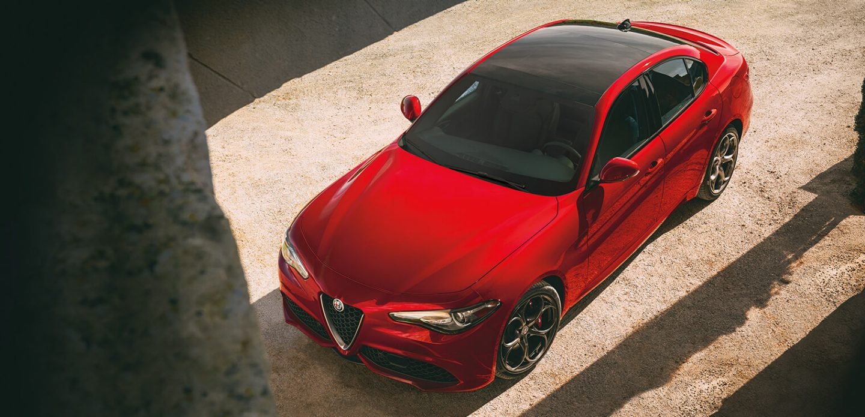 Se muestra una vista aérea del Alfa Romeo Giulia 2019 estacionado.