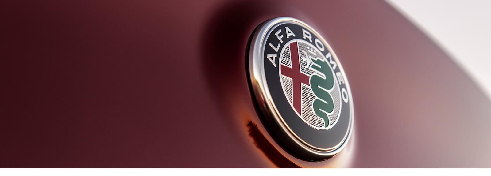 Primer plano del emblema de Alfa Romeo.